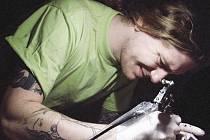 """DANIEL """"ANDĚL"""" ŘÍČAN je úspěšným provozovatelem tetovacího studia. Jeho zákazníci si mohou vybírat z nepřeberného množství různých vzorů. Studio se specializuje na polynéské tetování, tradiční japonské vzory a realistické motivy."""