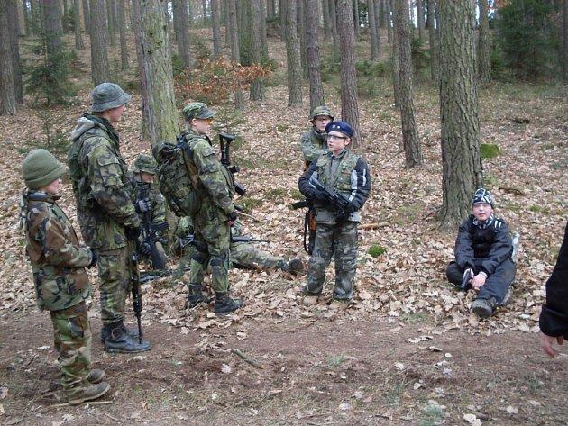 Brigáda zvláštního určení učí děti a mládež zvládat přežití v přírodě  v lese.