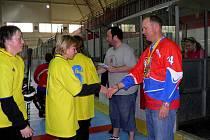 Z akce Hokejbalem proti drogám, která se konala na Zimním stadionu v Chrudimi.