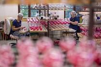 Pracovnice zdobí skleněné vánoční ozdoby 22. října 2021 v dílně firmy Koulier v Oflendě na Chrudimsku.