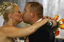 Pokud se dá manželské štěstí měřit množstvím dešťových srážek, novomanželé Iva a David Popilkovi se nemusejí o budoucnost svého svazku obávat.
