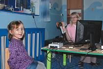 Děti jsou laskavým přístupem členů občanského sdružení Prozrak nadšené, baví je houkání a a blikání přístroje. Některé litují, že vyšetření skončilo tak brzy.