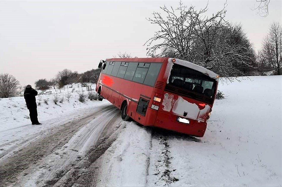 U Skutče (směr Zbožnov) skončil v úterý ráno mimo vozovku autobus