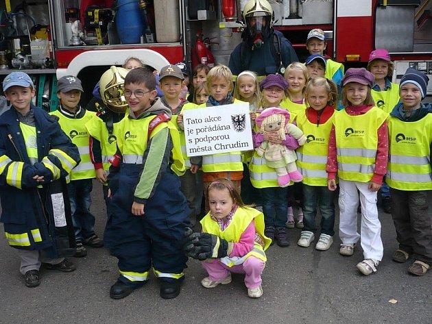 Děti si prohlédly hasičskou výzbroj a výstroj.