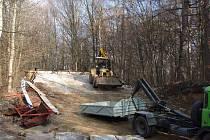 ROZEBRANOU RAMPU odvezly z areálu nákladní automobily.