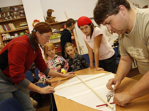 Děti v hlineckém Centru Jana XXIII. vyráběli draky na blížící se Drakyádu.