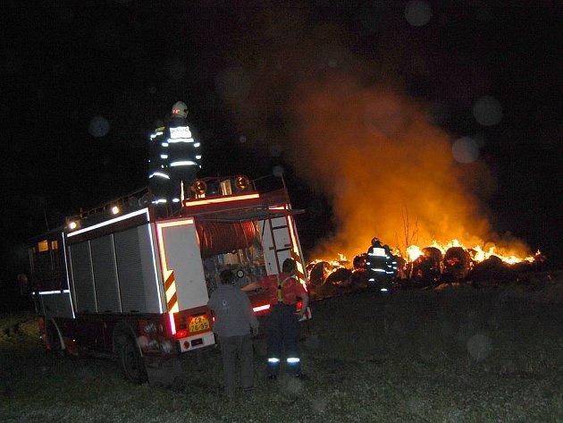 Hasiči likvidují požár stohu ve Švihově na Chrudimsku.