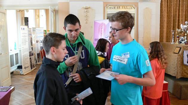 Přehlídku středních škol organizuje Úřad práce ČR ve spolupráci s Chrudimskou besedou.