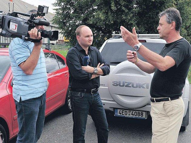 Starosta Petr Řezníček (zcela vpravo) hovoří s televizními reportéry na téma obchvatu Chrudimi.
