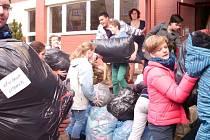 Základní škola U Školek Litomyšl organizovala předvánoční sbírku zimního šatstva pro syrské uprchlíky v Jordánsku.