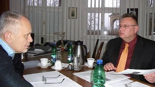 Miroslav Vána (vpravo) debatuje s Václavem Volejníkem.