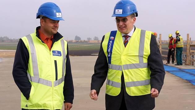 Ministr dopravy Zdeněk Žák (vpravo) se byl podívat i na pokračující výstavbu obchvatu Chrudimi. Na snímku se Zbyňkem Jakubským, ředitelem výstavby Obchvat Chrudim.