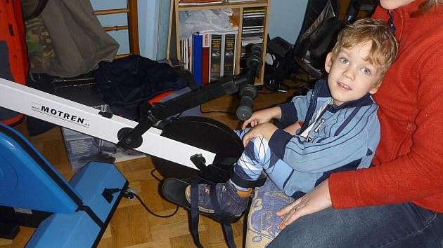 Míša sice nemůže chodit, přesto musí procvičovat nohy na speciální přístroji.