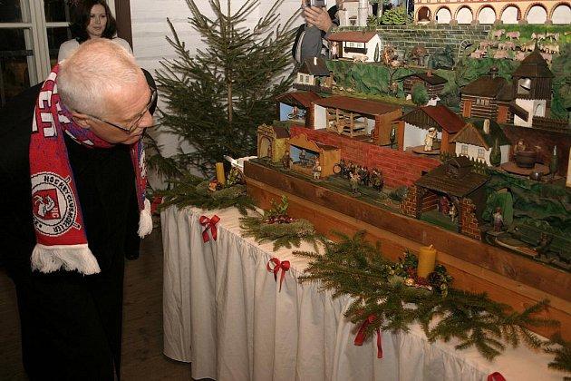 V PAMÁTKOVÉ REZERVACI Betlém v Hlinsku byla zahájena výstava Betlém vánoční.  V roubených domcích se zájemci dozvědí, jak lidé na Betlémě slavili Štědrý večer od poloviny 19. století do počátku 20. století.