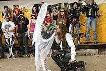 Pravá motorkářská svatba okořenila jubilejní desátý ročník motorkářského Motošťouchu ve Studnicích.