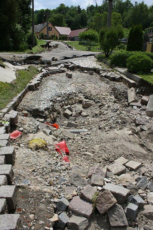 Vylitý a rozbouřený Podolský potok odnesl ve Vápenném Podolu celou silnici, vydlážděnou masivními žulovými kostkami. Místy proud během chvíle vyhloubil až metrové koryto. Vytopil rovněž dva domy.