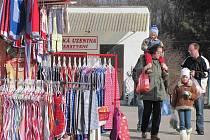 Organizátoři zdejších sobotních trhů mohou být spokojeni. V sobotu při zahájení letošní sezony areál bývalé cihelny navštívilo 606 lidí a na parkovišti stálo sto osmdesát aut. Své zboží nabízelo 43 prodejců.