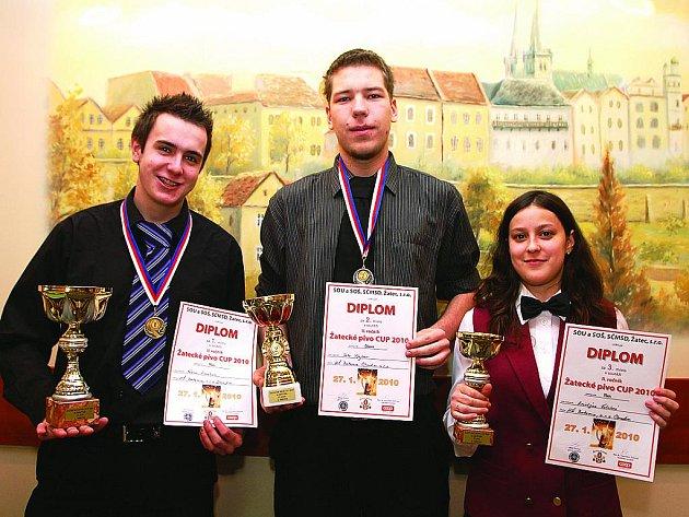 STUDENTI HOTELOVÉ ŠKOLY mají z úspěchu na celostátní soutěži barmanů velkou radost.