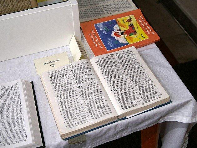 Ve vestibulu Divadla Karla Pippicha byla otevřena unikátní putovní výstava Bible včera, dnes a zítra