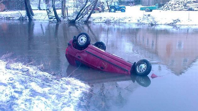 Řidič spadl u mostu v Trhové Kamenici s felicií do řeky.
