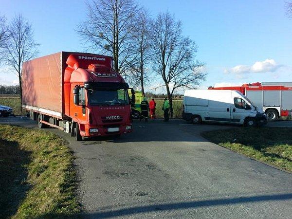 Knehodě dodávky, nákladního a osobního vozu do Heřmanova Městce vyjížděli profesionální hasiči zChrudimi a místní dobrovolní hasiči. Při nehodě byly zraněny tři osoby, včetně řidiče-vozíčkáře, kterého hasiči museli vyprostit zvozu.