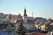 Ve výše položených lokalitách Chrudimska není po inverzi za celý týden ani památky. Na snímku radnice v Hlinsku.