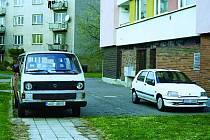 Nedostatek parkovacích míst v sídlišti U Stadionu v Chrudimi nutí řidiče, aby parkovali všude, kde se dá, bez ohledu na chodce, maminky s kočárky nebo vozíčkáře.
