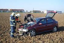 V sobotu 23. října byli hasiči přivoláni k nehodě ve Vlčnově, kde se řidič odpojil přívěsný vozík a střetl se vozidlem Opel. Tomu začal po nehodě hořet motor.