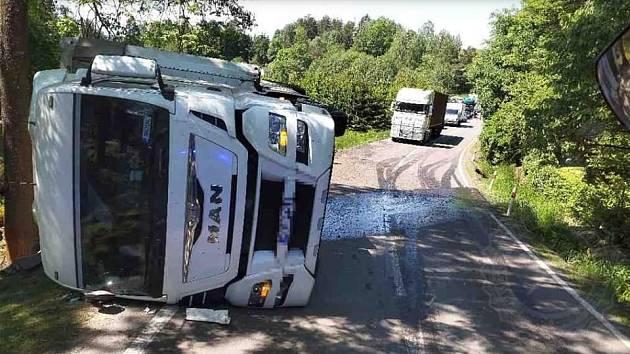 Kamion skončil na boku v příkopu.