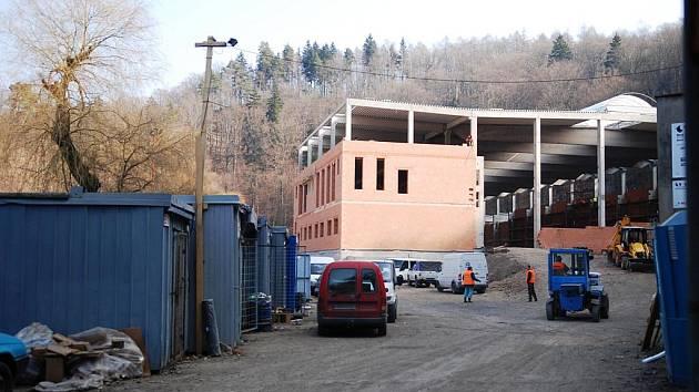 Na staveništi Penny Marketu v Třemošnici prošlo kontrolou 17 pracovníků. V případě Kovolisu si úřady posvítily na 269 lidí.