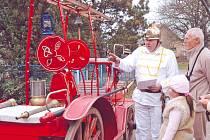 I tato hasičská stříkačka patří do sbírky sběratele Františka Pecky ze Sobětuch (vlevo).