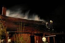 Hasiči bojují s požárem objektu v Proseči. Plameny napáchaly zhruba milionovou škodu.