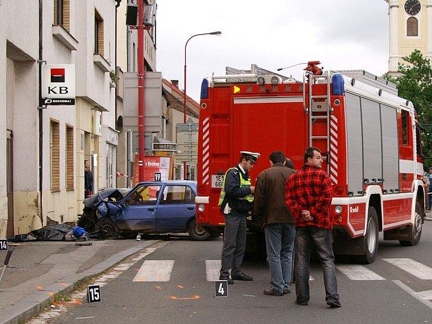 Tragédie v Chrasti. Řidič tu srazil ženu a dítě.