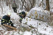 NEHODA U HEŘMANOVA MĚSTCE. Šofér dostal smyk a sjel do příkopu, při nehodě byl zraněn.