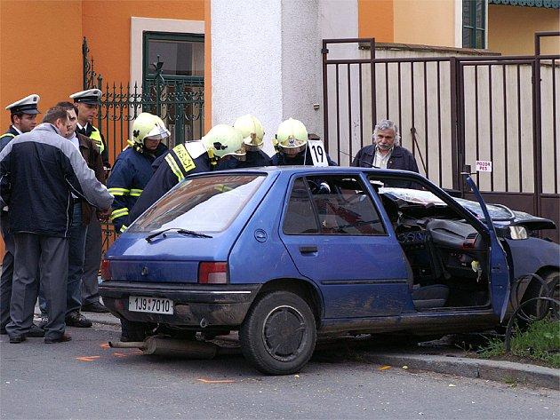 Řidiče peugeotu transportoval vrtulník do Fakultní nemocnice v Hradci Králové.