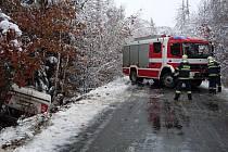 Nečekaná sněhová nadílka přidělala řidičům starosti a hasičům práci.