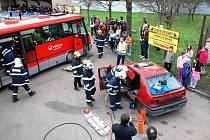 Jednotky hasičského záchranného sboru a zdravotní záchranáři při taktickém a námětovém cvičení v Třemošnici prokázali, že jsou na těžké problémy připraveni.