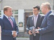 Poslanec Evropského parlamentu Miroslav Poche (na snímku vlevo) při setkání s hlineckým rodákem a poslancem parlamentu Janem Chvojkou (uprostřed) a starostou města Miroslavem Krčilem (vpravo).