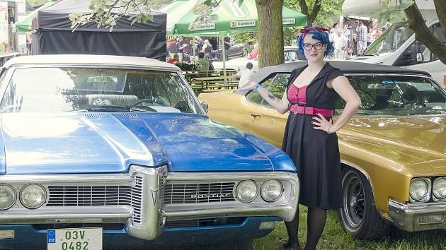 Kromě automobilových veteránů mohli návštěvníci obdivovat i stylové oblečení některých dívek a dam.