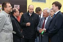 Přestřižení pásky u první bioplynové stanice v chrudimském okrese se v Liboměřicích zúčastnil i ministr zemědělství Petr Gandalovič (uprostřed), hejtman Pardubického kraje Ivo Toman (zcela vpravo) a poslanec Parlamentu ČR Radko Martínek (zcela vlevo).