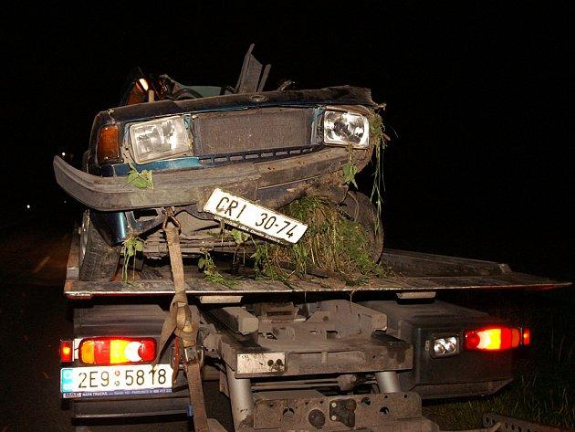 K dopravní nehodě došlo u Hrochova Týnce. Hasiči museli řidiče z havarovaného vozu vystříhat.