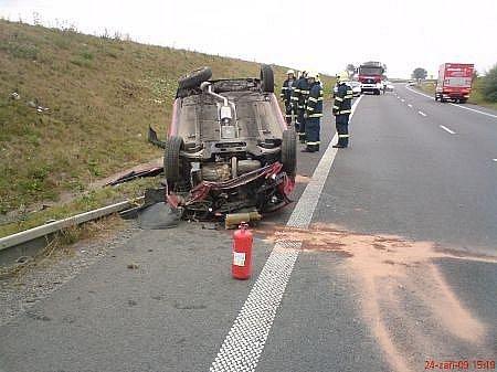 Řidička u Medlešic obrátila auto na střechu.