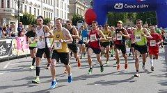 Start nedělního závodu byl pro běžce důležitý. Hned v úvodu se do popředí dostal i pozdější vítěz Jiří Petr (vlevo s čelenkou a číslem 124), který nedal soupeřům šanci.