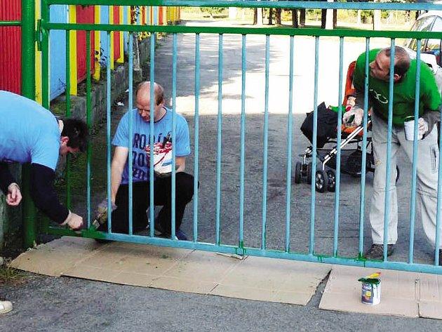 V rámci akce 72 hodin natřeli čeští dobrovolníci branku slovenského stadionu.