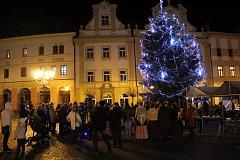 Česko zpívá koledy s Deníkem na Resselově náměstí v Chrudimi