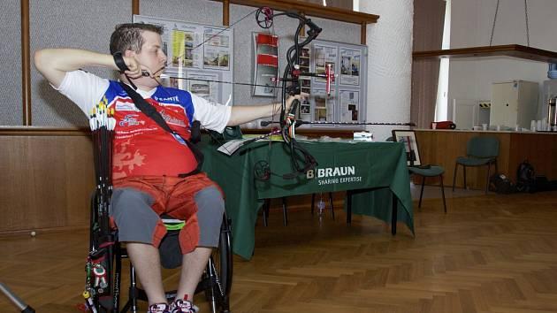 DAVID DRAHONÍNSKÝ předvedl pacientům Hamzovy léčebny v Luži střelbu ze sportovního luku.