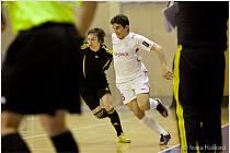 Brazilec Douglas (v bílém) v úvodním utkání semifinálové série play off Chance Futsal ligy FK Era-Pack Chrudim - 1. FC Nejzbach Vysoké Mýto 9:1.