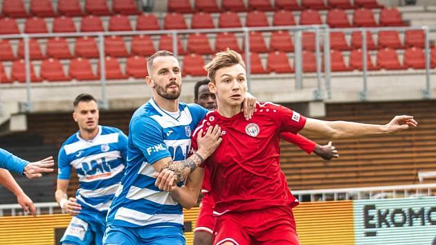 Petr Juliš (v červeném) si proti Ústím odbyl premiéru, o tři dny později vsítil premiérovou branku ve F:NL.