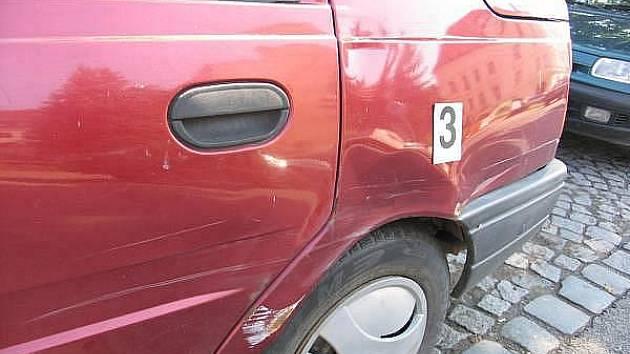 Řidič osobního automobilu Škoda 129 v úterý u nemocnice v Jičíně postupně narazil do tří zaparkovaných vozidel Dacia, Peugeot Partner a Škoda Fabia. A nebylo se ani co divit. Provedená dechová zkouška totiž u něj prokázala téměř 3 promile alkoholu.