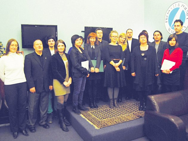 Finalisté prestižní novinářské soutěže PL-CZ Local Press Award při vyhlášení výsledků ve Varšavě. Zástupkyně východočeských Deníků Romana Netolická stojí v popředí, čtvrtá zprava.